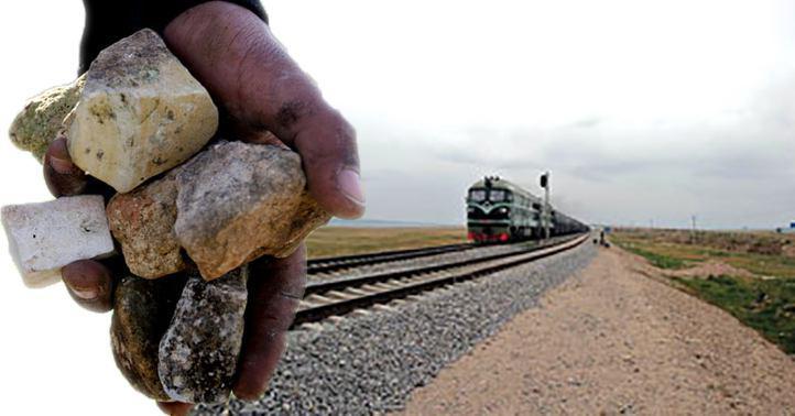 عبور قطار از روی سنگ + ویدیو