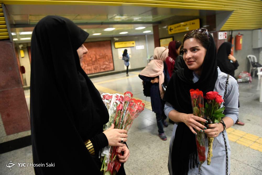اهدای گل در ایستگاههای منتخب متروي تهران، بمناسبت هفته حجاب و عفاف + عکس