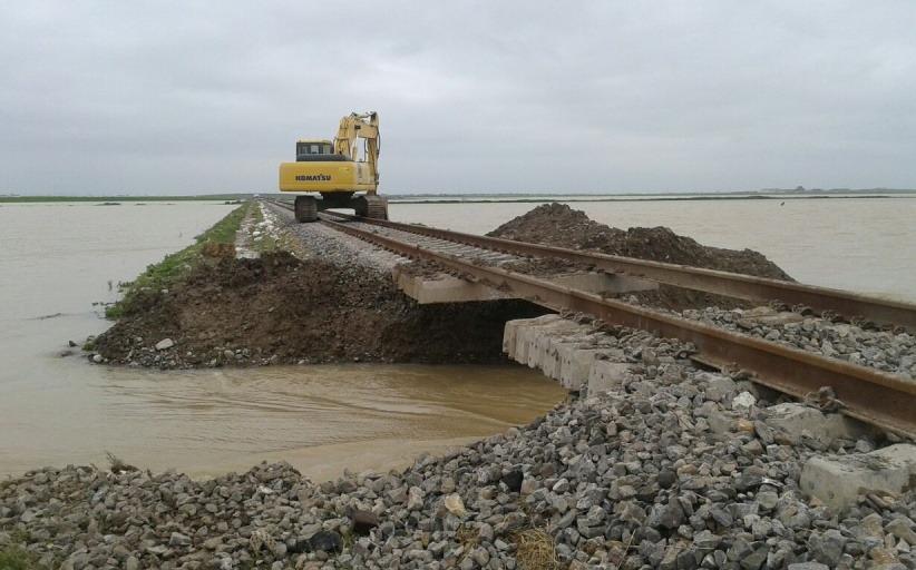 راه آهن با ایجاد چندین شکاف در مسیر ریلی گلستان مانع خسارات بیشتر به مردم منطقه شد.