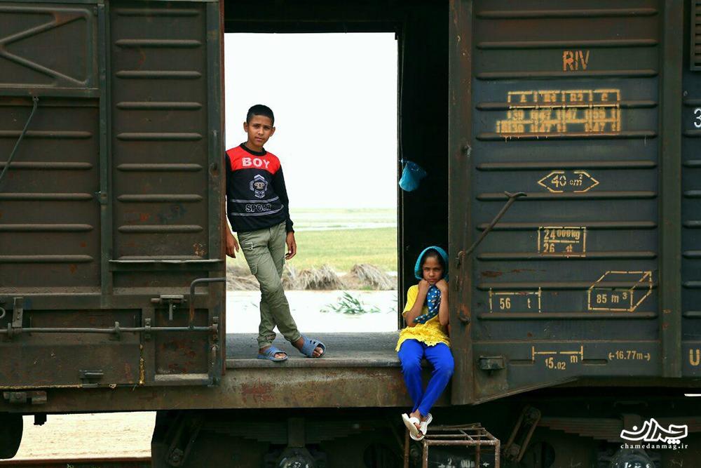 زندگی در واگن قطار بعد از سیل ؛ ساکنان بامدژ اینگونه آواره شدهاند / گزارش تصویری