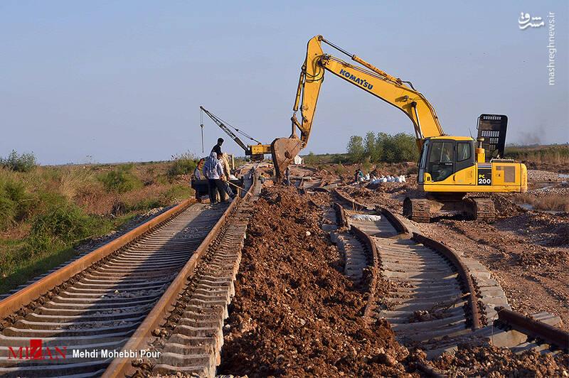 تصاویری از تلاش نیروهای خوزستانی جهت بازگشایی راه آهن