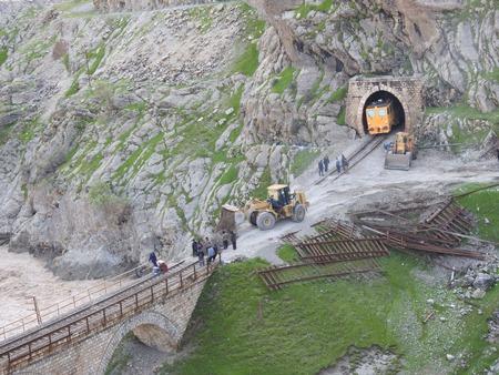 تلاش شبانه روزی همکاران در بازگشایی محور ریلی جنوب (راه آهن لرستان)/ گزارش تصویری