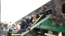 دهها نفر در آتش سوزی در قطاری در پاکستان کشته شدند