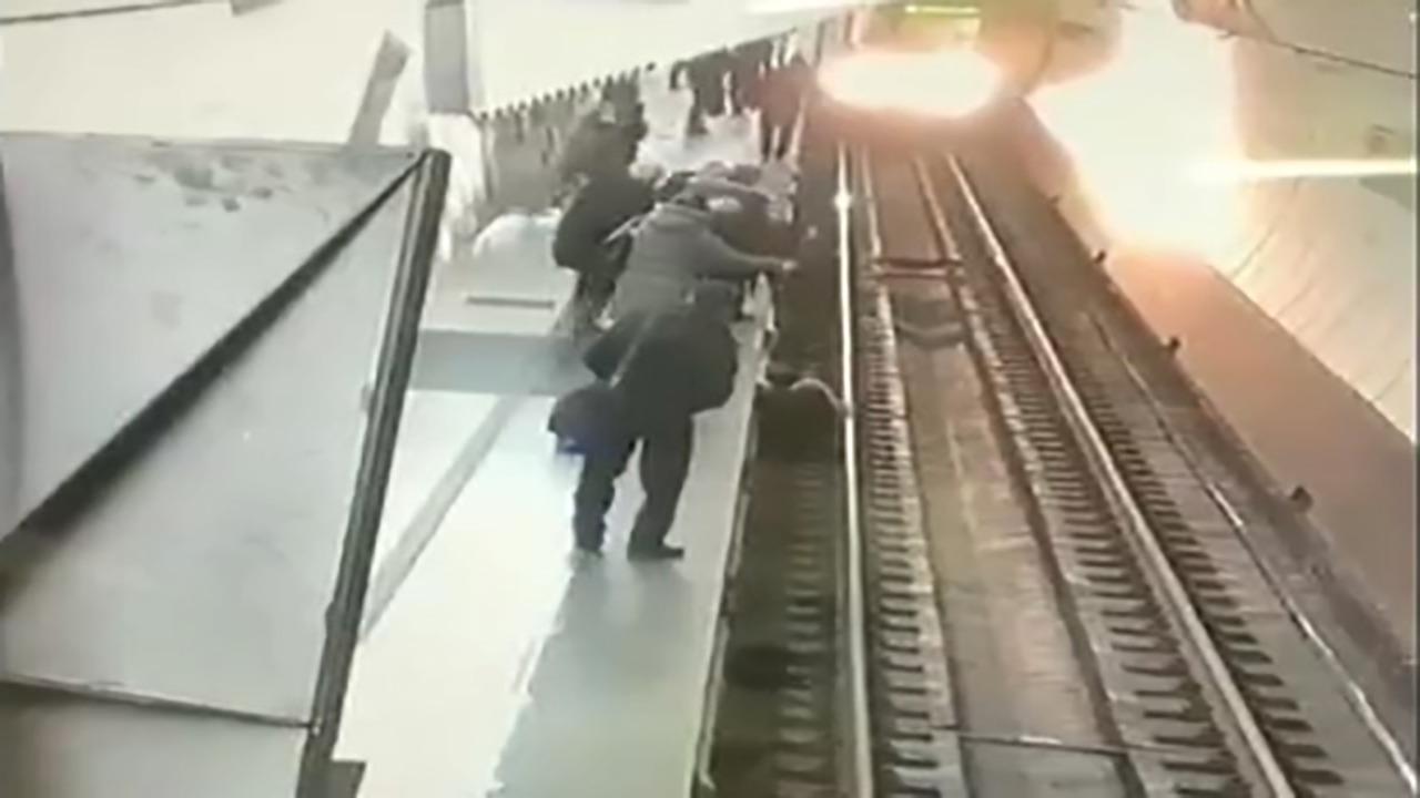 هوشیاری راننده قطار در له نکردن زن سر به هوا در ایستگاه مترو + فیلم