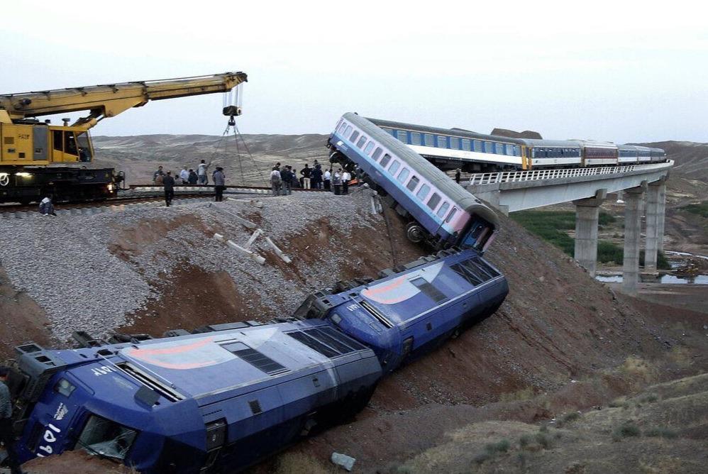 تمامی مسافران قطار حادثه دیده همدان-مشهد با قطار به مقصد رهسپار شدند/ تلاش ها برای بازگشایی مسیر ریلی ادامه دارد