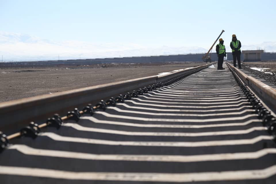 وزیر راه و شهرسازی به منظور آغاز ریلگذاری راه آهن چابهار وارد زاهدان شد