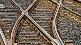 چرا مسیر ریل قطار پر از سنگه؟