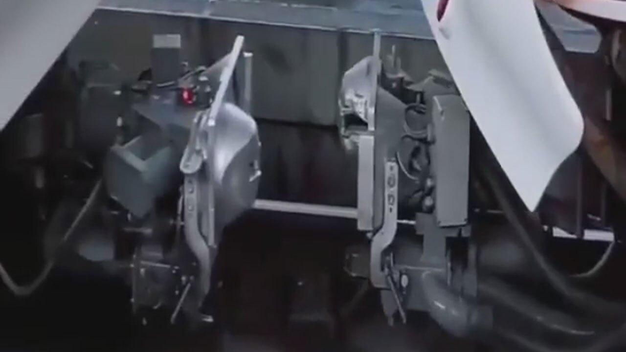 لحظه جالب اتصال واگنهای قطار مترو