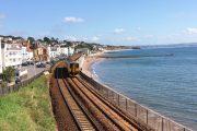 کلیپی از تقابل قطار و دریای طوفانی