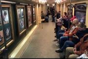 نمایشگاه نقاشی در داخل یکی از قطارهای متروی مسکو