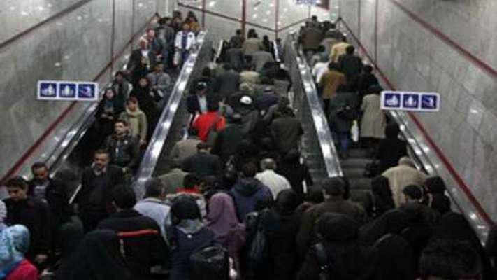 بی احتیاطی مسافران بر روی پله برقی ایستگاه متروی شهید بهشتی حادثه آفرید